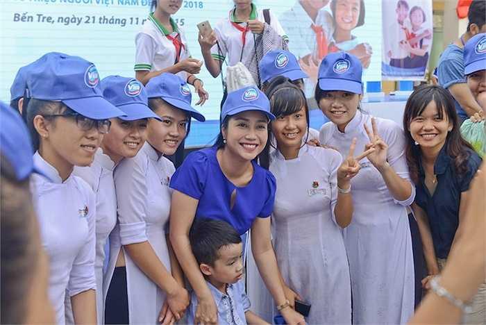 MC Ốc Thanh Vân cho biết: 'Hiện nay vẫn còn khoảng 10 triệu hộ dân cư với hơn 12 triệu trẻ em sinh sống (chiếm 45% trẻ em trên cả nước) vẫn còn đang trong tình trạng vật chất thiếu thốn, không có nhà vệ sinh hợp chuẩn.'