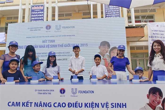 'Vì vậy mà Chương trình 'Hành trình Nhà vệ sinh sạch khuẩn' trở nên đặc biệt có ý nghĩa với nhiều hoạt động giáo dục, nâng cao ý thức và xây dựng nhiều cụm nhà vệ sinh đạt chuẩn cho các trường tiểu học khắp cả nước.'
