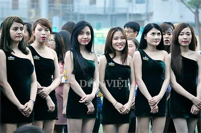 20 cô gái với gương mặt sáng cùng đôi chân dài miên man thu hút mọi ánh nhìn.