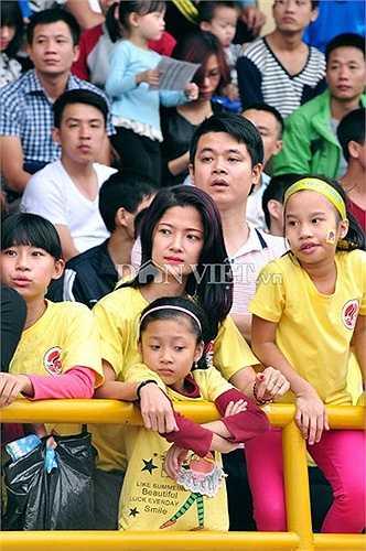 Nhiều người mang cả gia đình đến sân đấu cổ vũ đội nhà.