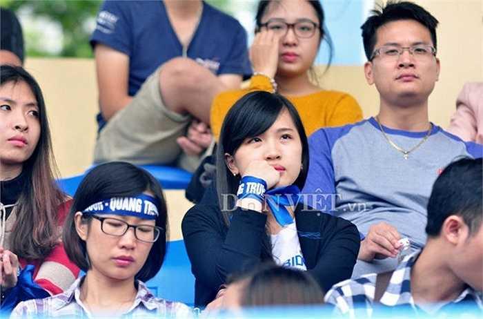Một cổ động viên nữ đội Moon-Quang Trung theo dõi đội nhà thi đấu từ trên khán đài.