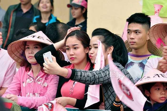 """Những người đẹp tranh thủ dùng điện thoại """"tự sướng"""" trước khi trận đấu diễn ra."""