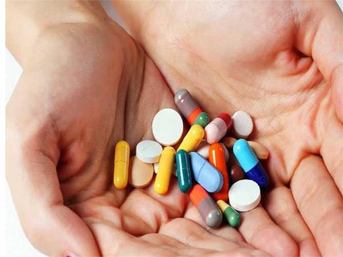 Uống kháng sinh không đủ liều lượng: Bạn ngưng dùng thuốc kháng sinh khi các triệu chứng đã giảm xuống? Nếu vậy, bạn đã sai. Một khi bạn dùng thuốc kháng sinh, bạn cần uống đúng liều lượng. Việc ngừng thuốc giữa chừng sẽ gây ra sự xuất hiện của vi khuẩn kháng thuốc kháng sinh, có thể tái phát bệnh và lâu khỏi.