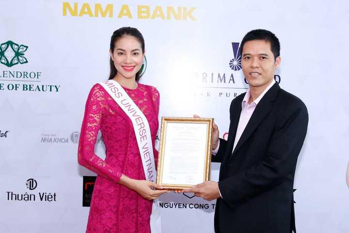 Cũng trong buổi trao thư mời, ông Trần Ngọc Nhật, Đồng trưởng ban tổ chức cuộc thi Hoa hậu Hoàn vũ Việt Nam 2015 cũng đã chính thức trao giấy quyết định cấp phép dự thi quốc tế cho Phạm Hương từ Cục Nghệ Thuật Biểu Diễn.