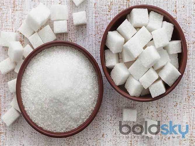 Ăn đường: Tất cả các loại đường chế biến (như fructose, dextrose, glucose và sucrose) làm tăng tốc độ lão hóa trong cơ thể. Nếu tiêu thụ quá nhiều đường, chúng nhập vào dòng máu và gây hại cho cơ thể. Chuyên gia nói rằng nó ảnh hưởng đến quá trình phục hồi tự nhiên của cơ thể. Ngoài ra, nó ảnh hưởng đến làn da của bạn.