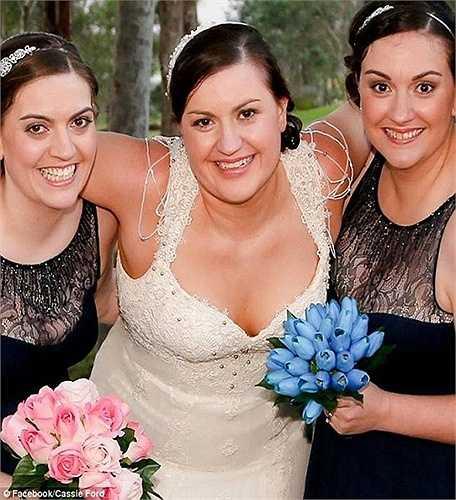 3 chị em Katie Warrent (trái), Kristal Ford-Spencer (phải) và Cassie Ford (giữa), tất cả được chẩn đoán mắc ung thư chỉ trong vòng 6 tuần.