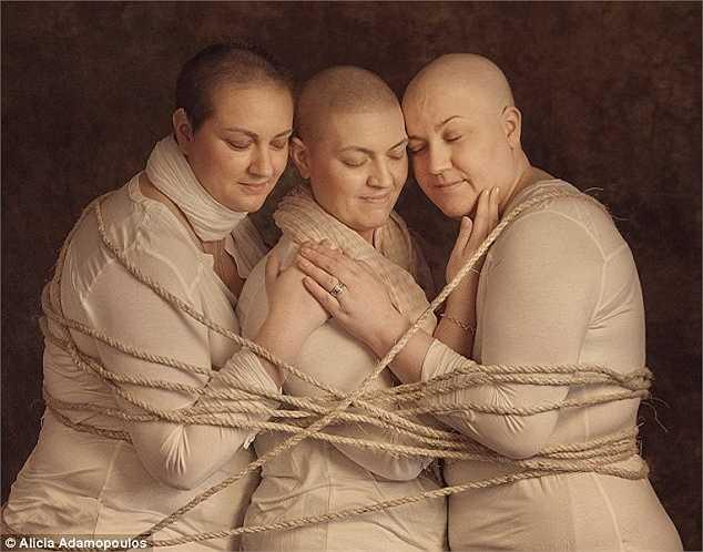 Bức ảnh gây xúc động cho thấy hình ảnh 3 chị em tay trong tay và quấn nhau bằng một sợi dây, thể hiện sự gắn bỏ khăng khít, cùng nhau chiến đấu với căn bệnh ung thư.