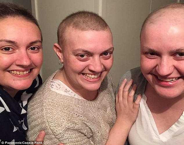 Theo Dailymail, mẹ của 3 chị em gái này trước đó 20 năm cũng được chẩn đoán mắc ung thu buồng trứng nhưng đã chữa khỏi. Giờ cả ba đang đối mặt với các chứng ung thư ruột và ung thư vú.