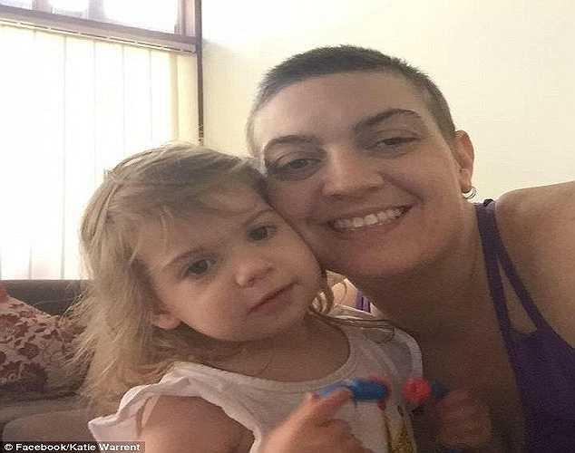 Còn đây là hình ảnh Kristal và con gái bé bỏng. Các bác sỹ cho biết khối u ngực của chị có kích thước tới 14cm.