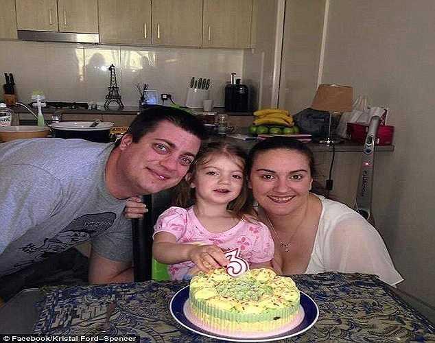 Kristal hạnh phúc bên chồng và con gái trước khi được phát hiện mắc ung thư.