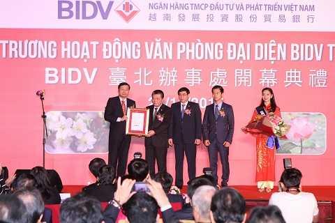 Chu tich Uy ban Giam sat Tai chinh Dai Loan (FSC) trao Giay phep thanh lap VPDD BIDV.JPG
