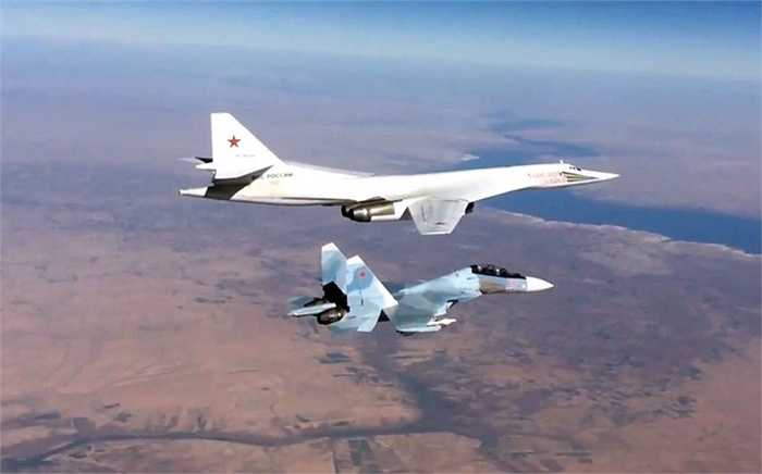 Máy bay ném bom siêu thanh Tupolev Tu-22 (trên) bay cùng chiến cơ Sukhoi Su-30SM khi đi không kích các mục tiêu IS