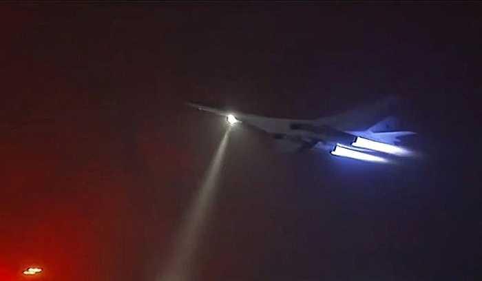 Máy bay ném bom chiến lược Tupolev Tu-160 xuất kích