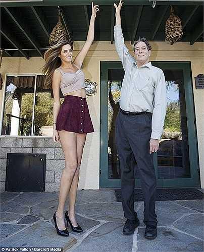 Chase đứng ngang với cha của cô, người cũng sở hữu chiều cao lên đến 2,05m.