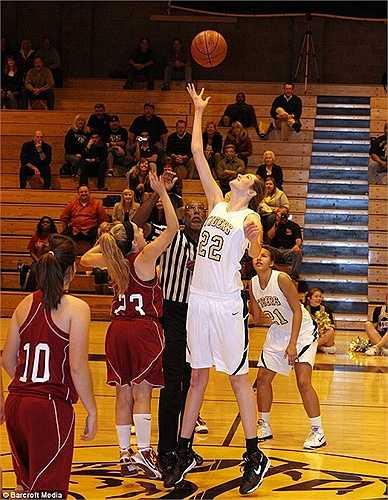 Nhờ lợi thế chiều cao nên nữ sinh này dễ dàng giành lợi thế trong các pha tranh chấp bóng rổ khi tham gia thi đấu tại trường.