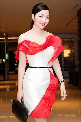 Loè loẹt, không phù hợp với tuổi tác là đặc điểm dễ nhận thấy của những trang phục trong tủ quần áo của người đẹp.