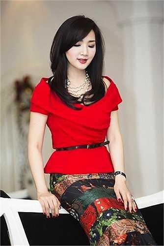 Phụ kiện của cô cũng được lựa chọn để phù hợp với trang phục trẻ trung.