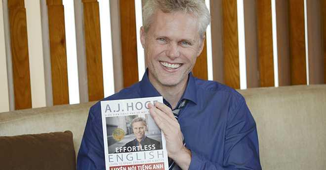 Tác giả AJ Hoge và cuốn sách viết về phương pháp Effortless English