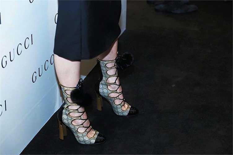 Tuy nhiên, việc lựa chọn chiếc giày buộc dây đi kèm của cô bị một số cư dân mạng cho là hơi rối mắt. Dù vậy, stylist Travis Nguyễn cho rằng Hà Hồ chỉ mặc đồ do nhãn hàng đưa ra, thể hiện sự tôn trọng với thương hiệu.