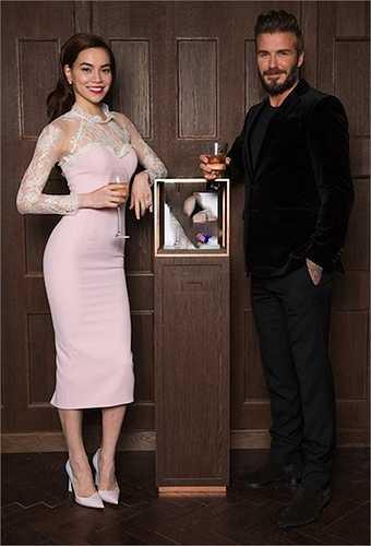 Tháng 3/2015, Hồ Ngọc Hà và Tóc Tiên được mời tới một bữa tiệc do David Beckham tổ chức tại Anh. Chiếc đầm hồng mà Lý Quí Khánh thiết kế cho cô được nhiều người khen ngợi, nhưng cũng không ít ý kiến cho rằng nó hơi 'sến'.