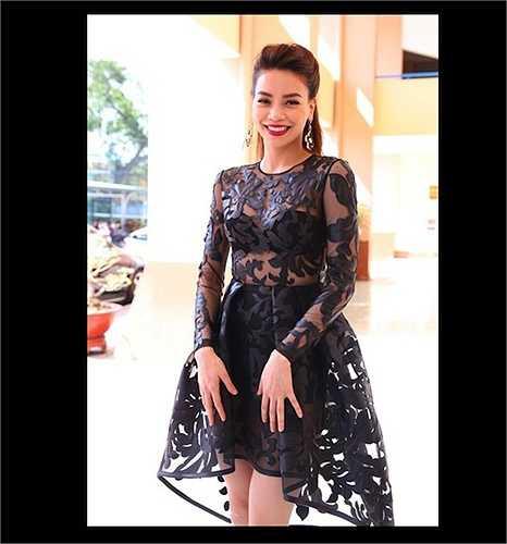 Một chiếc váy xuyên thấu nội y gây tranh cãi khác của Công Trí dành cho Hà Hồ.