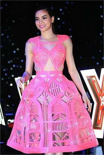 Chiếc váy hồng từ chất liệu plastic rất hiện đại này bị đánh giá là... 'phản chủ' vì nó để lộ nội y của Hà Hồ dưới ánh đèn flash.