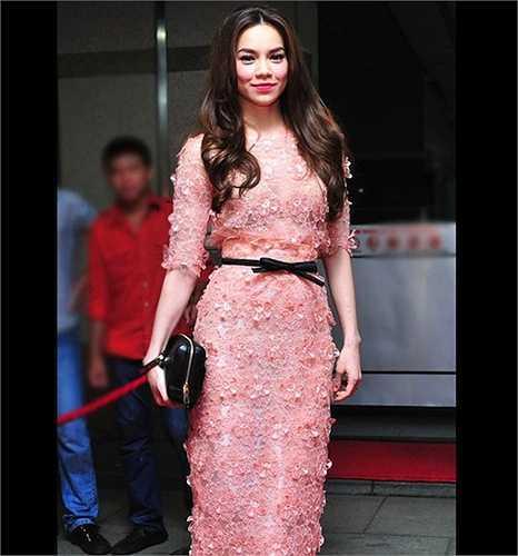 Chiếc váy hồng ngọt ngào này lọt top mặc đẹp trong tuần do nhiều báo bình chọn. Tuy nhiên, nó lại bị cho một bản 'nhái' của thương hiệu Elie Saab.