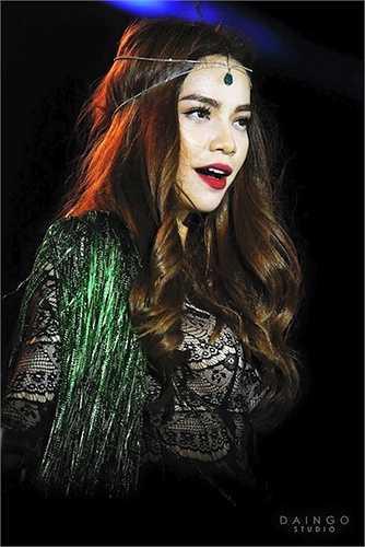 Trong thời gian gần đây, người đẹp gốc Bắc đang dần thay đổi hình ảnh theo phong cách bohemian, với phụ kiện trên tóc cùng thiết kế đính tua rua.