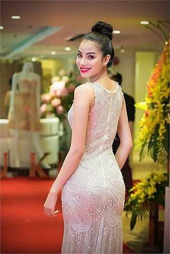 Phạm Hương sexy không đối thủ trong một thiết kế sử dụng chất liệu vải trong veo.