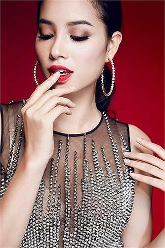 Vẻ quyến rũ của Phạm Hương càng được tôn lên nhờ biểu cảm khuôn mặt và ngôn ngữ cơ thể.