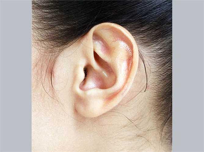 Mụn trên tai: Mụn trứng cá ở tai liên quan đến chức năng thận. Theo y học Trung Quốc khi thận không hoạt động đúng chức năng, có thể có mụn trên tai. Không uống đủ nước có thể dẫn đến giảm chức năng thận và mụn ở tai.