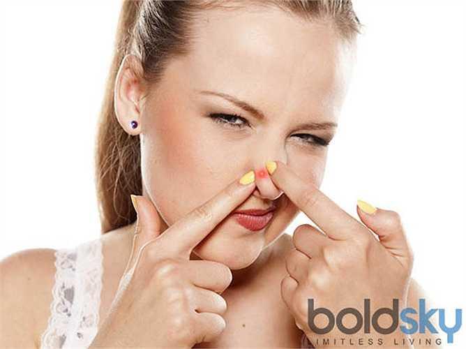 Mụn trên mũi: liên quan tới trái tim của bạn. Mụn trên mũi có thể chỉ ra các vấn đề tim mạch như huyết áp cao và căng thẳng. Mức cholesterol cao là một yếu tố gây tổn hại lớn cho tim và mạch máu.