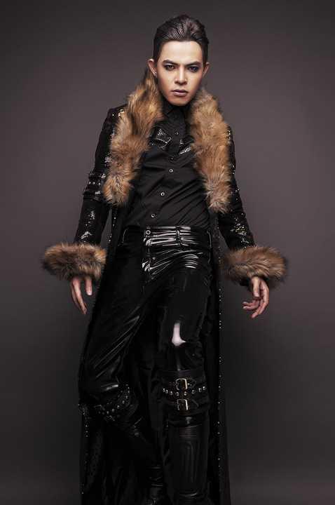 Bàn về phong cách thời trang thì có vẻ như Bùi Caroon thích sự chuyển biến đa dạng nên cho phép mình Lạc như tựa đề single thứ 9 vừa được ra mắt