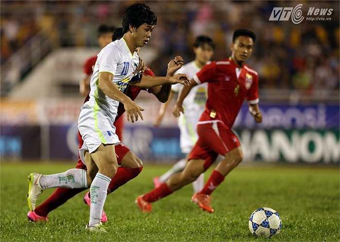 Anh thoát xuống, tâng bóng qua đầu thủ thành U21 Myanmar rồi bật lên đánh đầu nối, đưa bóng vào lưới. (Ảnh: Quang Minh)