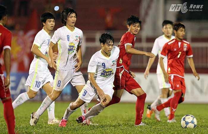 Văn Toàn cũng có một trận đấu hay khi chơi vô cùng xông xáo. (Ảnh: Quang Minh)