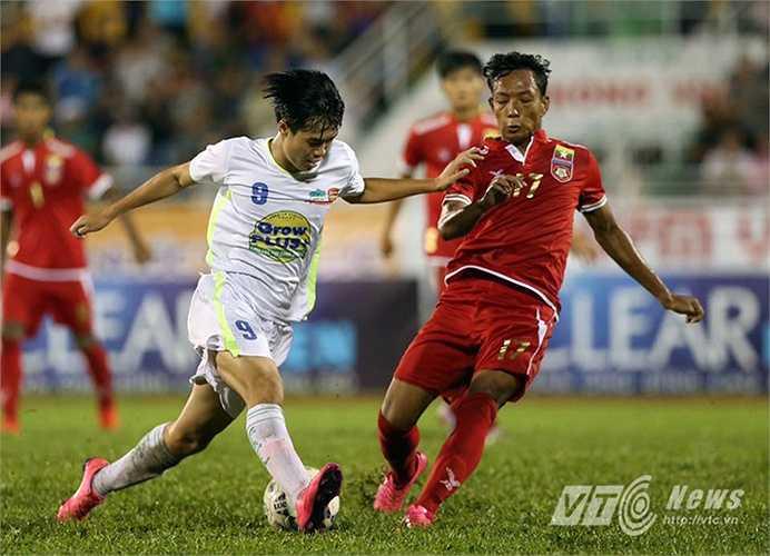 Trong một tình huống thoát xuống rất nhanh, Văn Toàn đã lập công. Anh vượt qua thủ thành U21 Myanmar, trước khi dứt điểm. (Ảnh: Quang Minh)