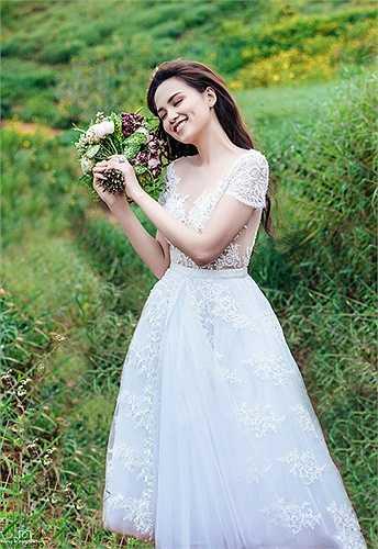 Chia sẻ về người bạn đời của mình, Hoa hậu Thế giới người Việt vô cùng tự hào và dành những lời yêu thương. 'Có thể mọi người luôn ao ước có một tình yêu đầy những điều lãng mạn giống như trong truyện ngôn tình'