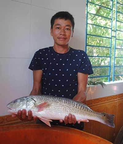 Anh Nhật bên con cá được cho là sủ vàng quý hiếm. (Ảnh: Nhân vật cung cấp)