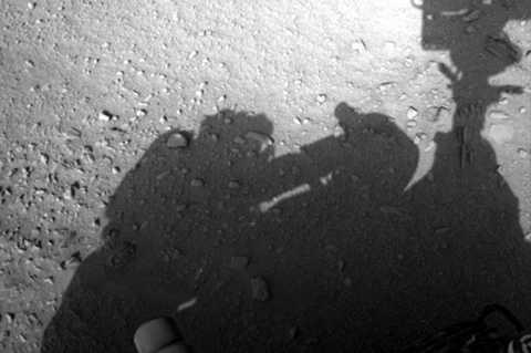 Bức hình được NASA công bố, ghi lại bóng mờ của một vật thể lạ mang hình dáng giống một người đàn ông đang sửa chữa một thiết bị gì đó - có thể là tàu vũ trụ của mình.Nhà du hành vũ trụ này có vẻ như đang mặc trên mình một bộ quần áo tương tự như những gì các nhà khoa học thường mặc khi ra ngoài không gian. Điều bất ngờ trong bức hình này là người đàn ông không hề phải đội mũ bảo hiểm.