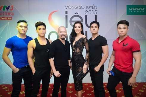 NTK Đức Hùng và siêu mẫu Minh Tú chụp ảnh cùng dàn thí sinh nam dự thi Siêu mẫu Việt Nam 2015 khu vực phía Bắc