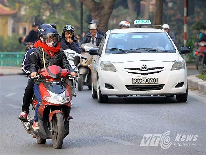 Thời điểm 9h sáng, một số nơi ở Hà Nội bắt đầu hửng nắng nhưng nhiệt độ vẫn ở mức thấp