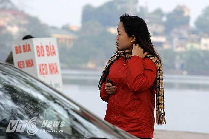 Trên phố, ai cũng trang bị cho mình những bộ quần áo ấm áp và những chiếc khăn dày nhất để chống chọi lại từng cơn gió lạnh.