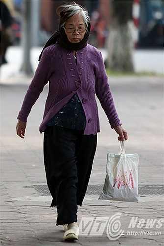 Cụ bà đi chợ sáng phải quấn khăn kít mít để đỡ lạnh