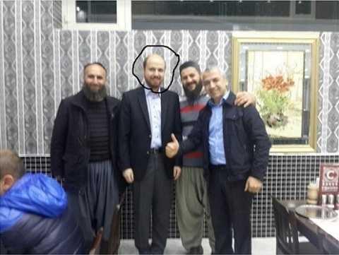 Bức ảnh chụp chung của Bilal Erdogan (khoanh tròn) với những đối tượng được cho là thành viên IS