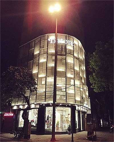 Hiện tại, cả nhà nữ diễn viên - ca sỹ đang sống trong căn nhà 7 tầng trên mặt phố Bà Triệu, Hà Nội và sở hữu nhiều bất động sản lớn khác.