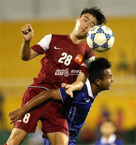 Kinh nghiệm từ V-League giúp Duy Mạnh trở thành ông chủ khu trung tuyến.(Ảnh: Quang Minh)