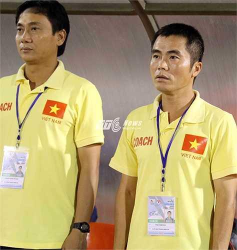 1 năm trước, ông Phạm Minh Đức và ông Nguyễn Quốc Tuấn đều sắm vai trợ lý HLV trưởng ở trận bán kết U21 Quốc tế Báo Thanh Niên.(Ảnh: Quang Minh)