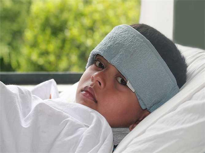 Thương hàn: Thương hàn là một bệnh khác gây ra do nước bị ô nhiễm. Nên tránh uống nước mà không được đun sôi. Các triệu chứng của bệnh thương hàn là sốt, đau họng và đau đầu.