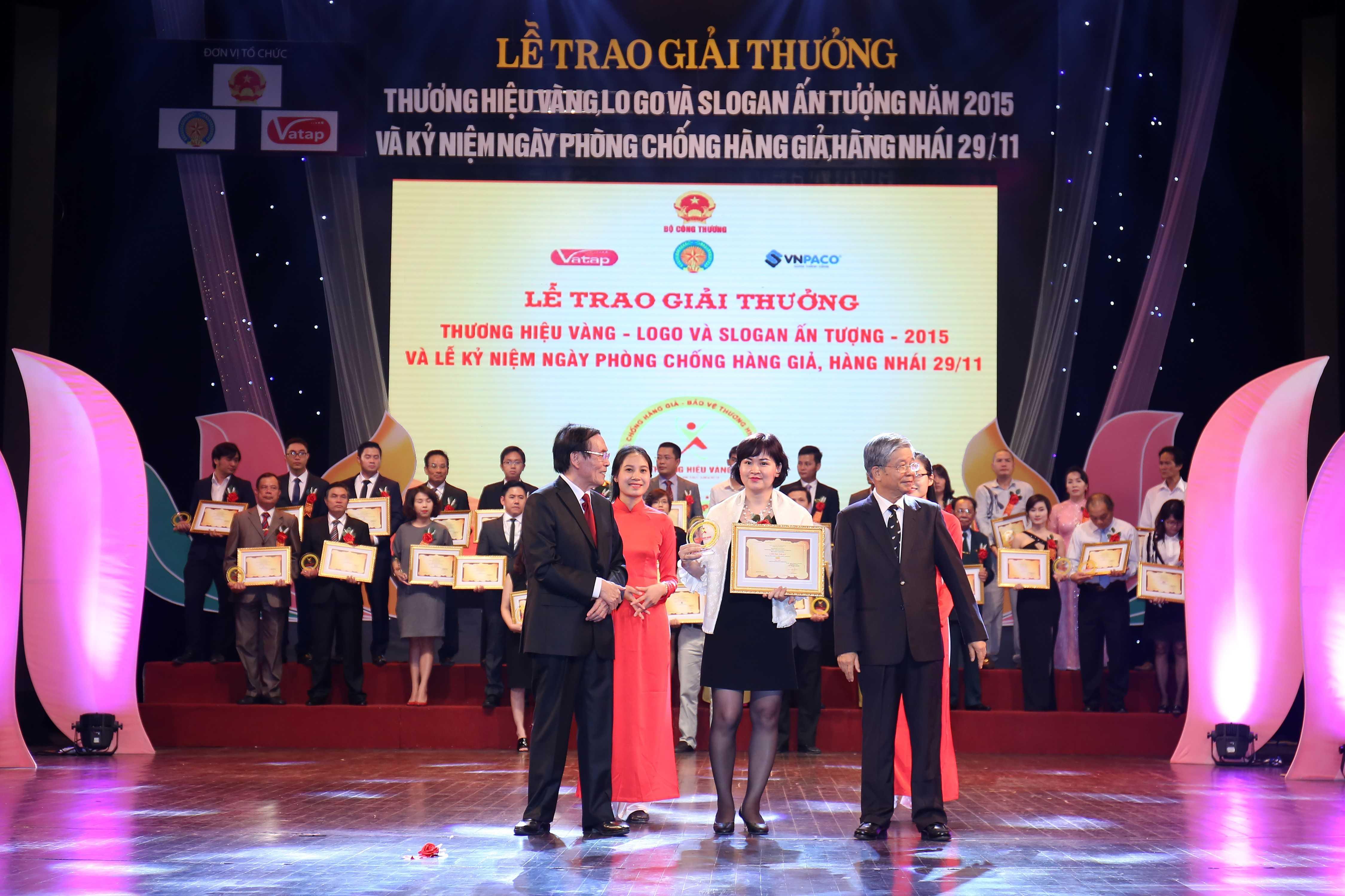 Bà Đào Phương Hoa – Phó Ban Truyền thông đại diện Tổng công ty Viễn thông MobiFone nhận giải thưởng do lãnh đạo Bộ Công Thương trao tặng