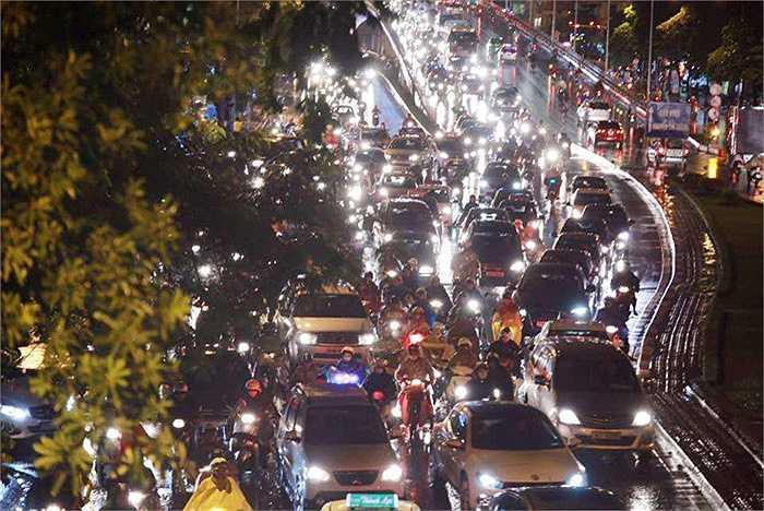 Cuối giờ chiều ngày 25/11, tại Thủ đô Hà Nội, nhiệt độ ngoài trời xuống còn 19 độ C, kèm với đó là mưa lớn, nhiều tuyến phố rơi vào tình trạng ùn tắc.